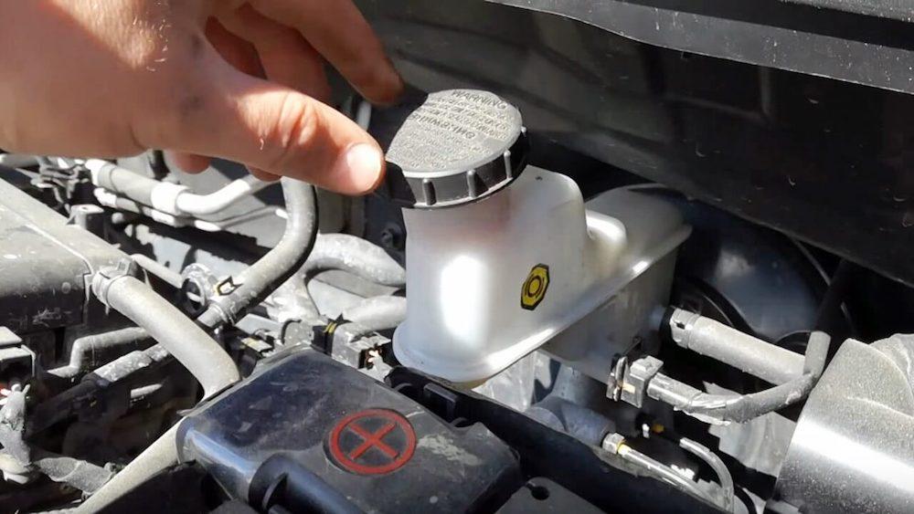 Как правильно заменять тормозную жидкость